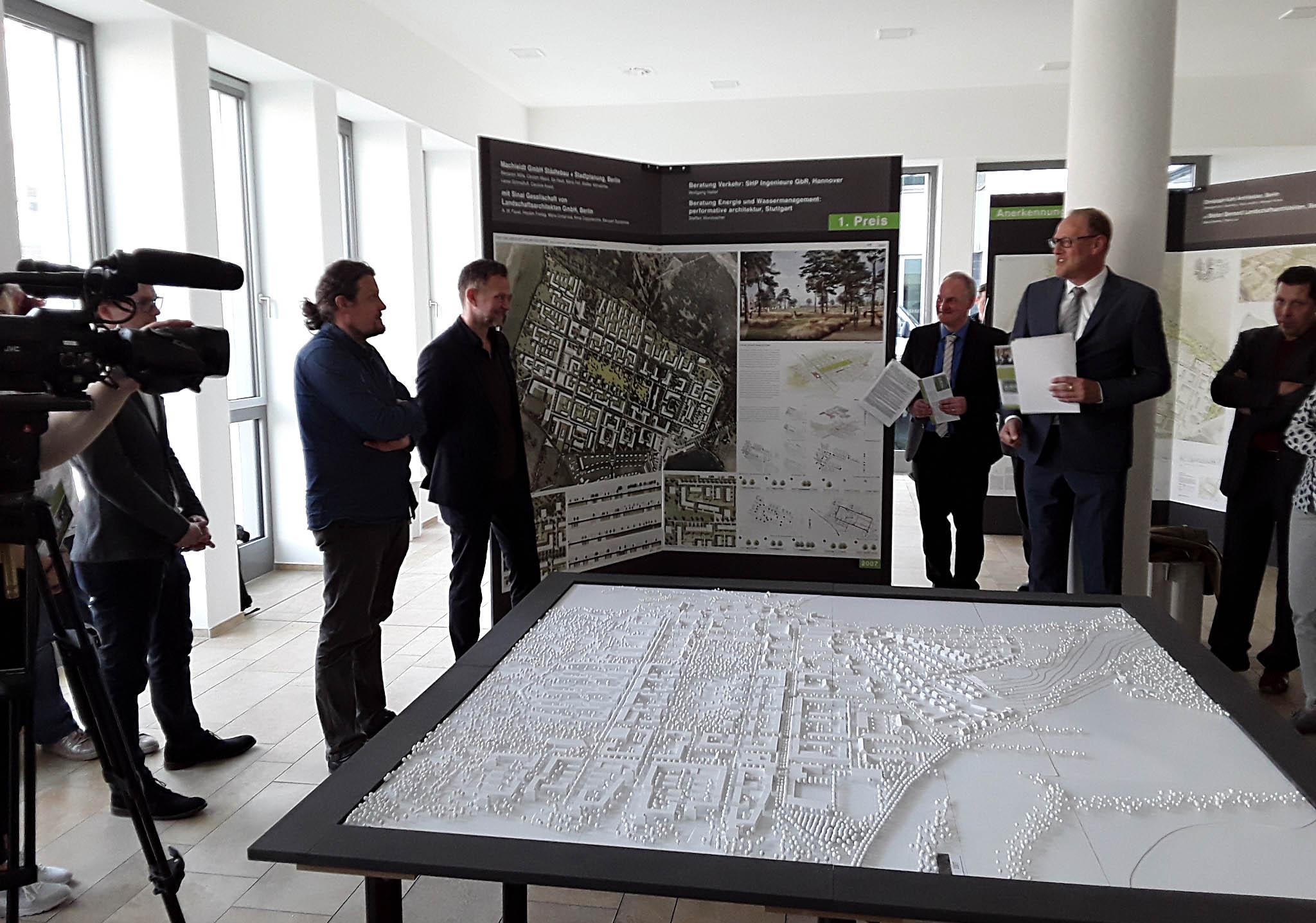 Ausstellungseröffnung 10. April 2018 mit Vertretern des Auslobers und der Stadt